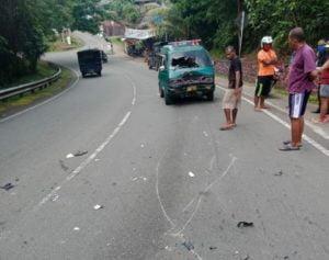 Diduga Hilang Kendali, Pengendara Motor Tabrak Taksi di Turunan Kodim.