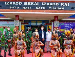 Tiba di Merauke, Kolonel (Mar) Edy Prakoso Disambut Tarian Adat